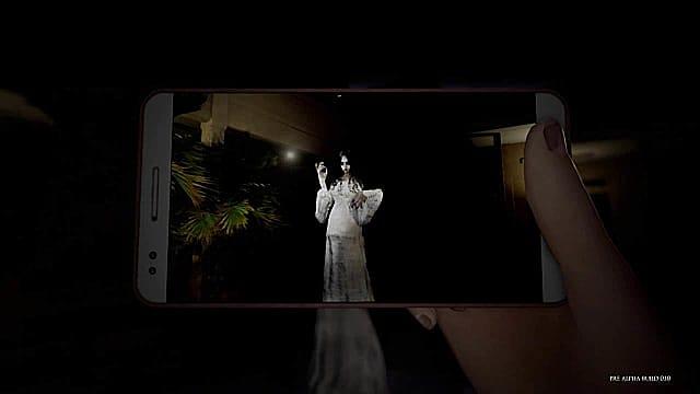 Ein Handy nimmt ein gruseliges Bild eines weißen Engels in DreadOut 2 auf.